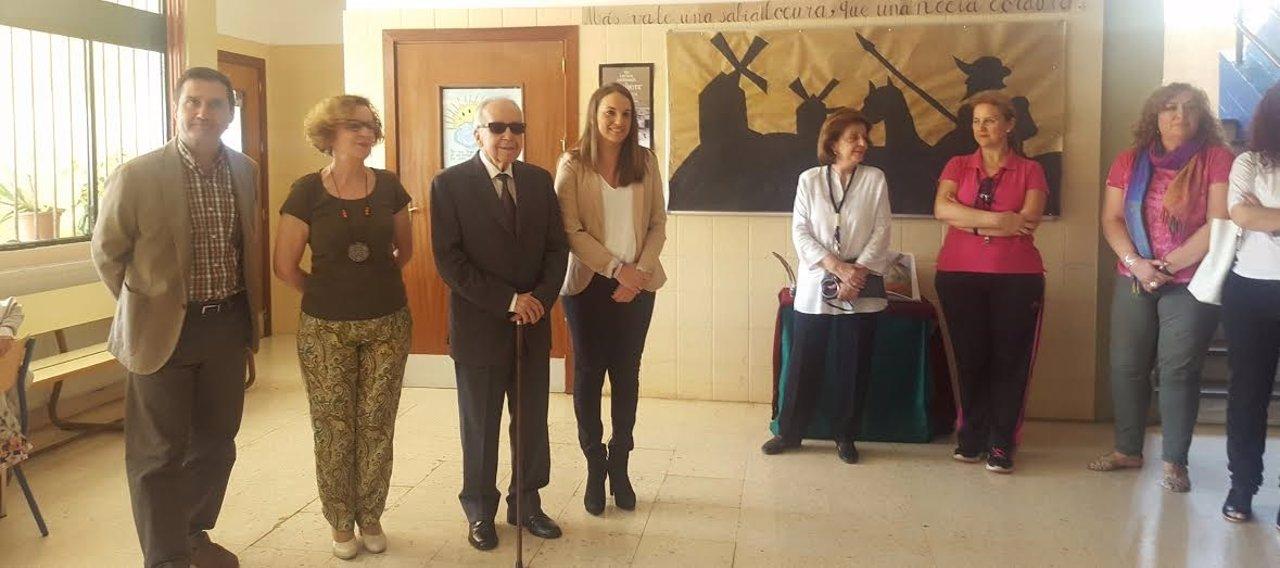 Ruiz y García Baena (centro) durante la visita al centro escolar