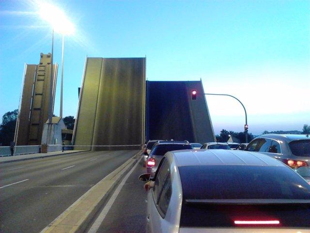 El puente de las Delicias cuando se alza.