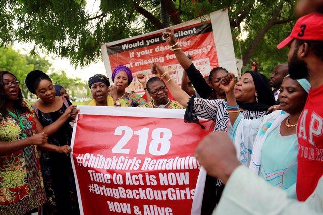 Activistas celebran la localización de una de las jóvenes de Chibok en Nigeria