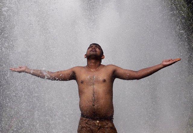 Un hombre se refresca en plena ola de calor a finales de mayo