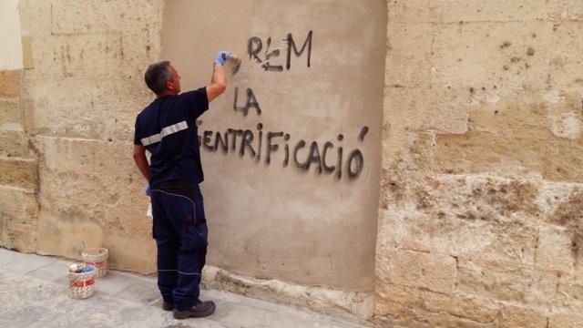 Emaya comienza a retirar las pintadas contra el turismo en edificios protegidos