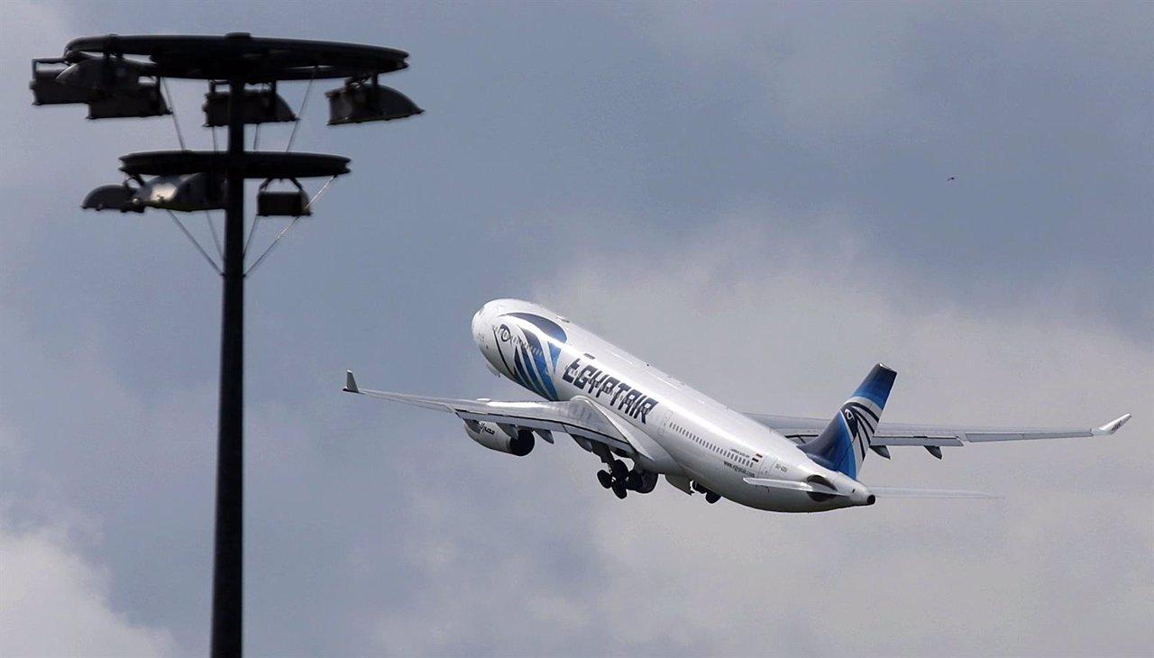 Avión de EgyptAir despegando del aeropuerto Charles de Gaulle en París