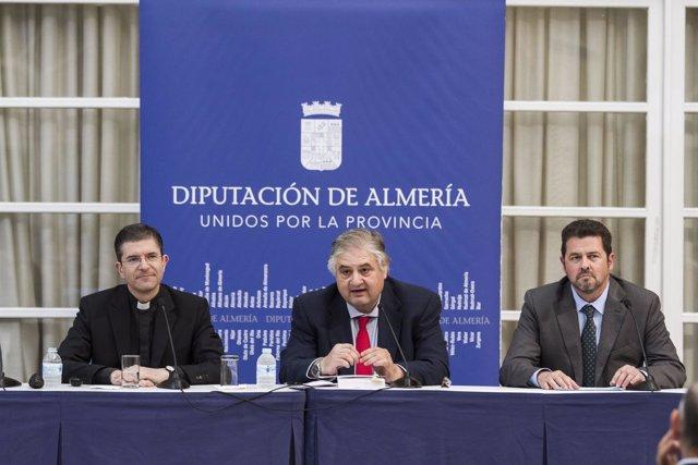 El diputado Manuel Alías, maestro de ceremonias en la presentación del libro.