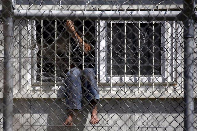 Un refugiado espera su deportación en un centro de Lesbos (Grecia)