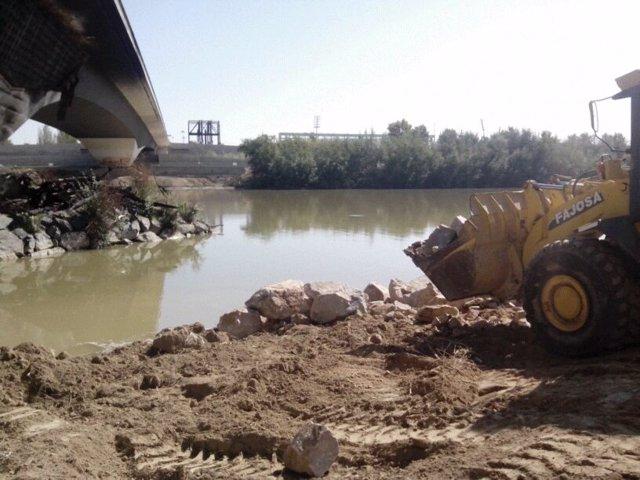 Limpieza del río Guadalquivir y el puente de El Arenal en Córdoba