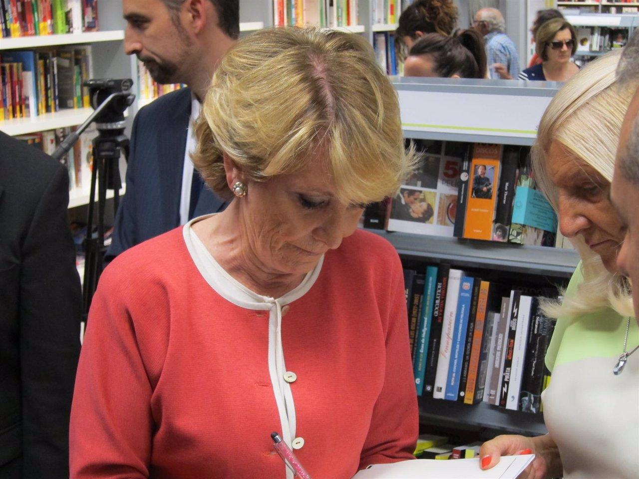 Esperanza Aguirre dedica su libro a una lectora
