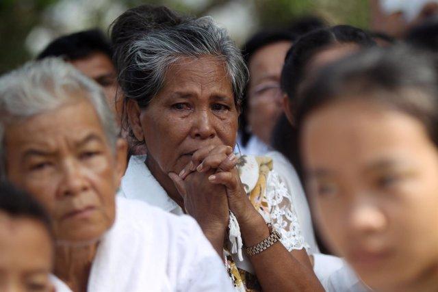 Una mujer reza en el homenaje a las víctimas en Choueung Ek
