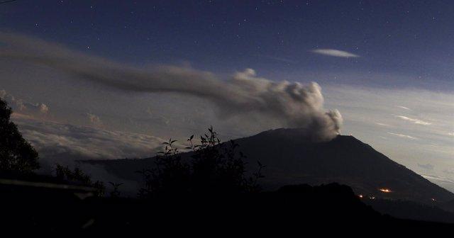 Volcán Turrialba, en erupción