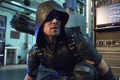 Arrow: Stephen Amell da pistas del nuevo villano y el crossover con Supergirl