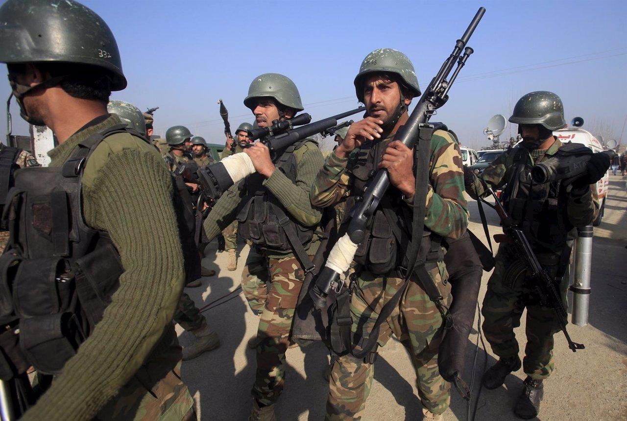 Soldados y fuerzas armadas en la universidad de Bacha Khan, en Pakistán