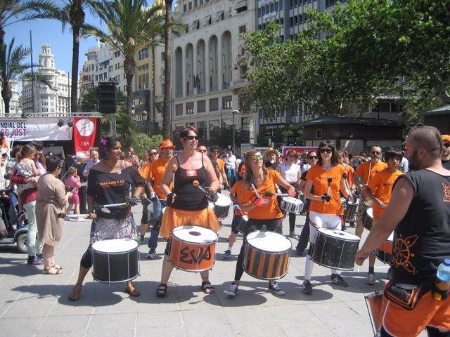 Batucada en la Plaza del Ayuntamiento por el Día Mundial del Comercio Justo