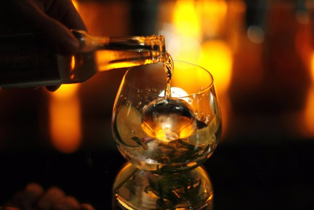 Ginebra. Tónica. Alcohol. Bebida. Copa. Gin tonic.