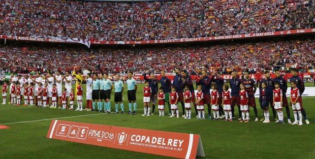Pitos, aplausos, banderas de España y esteladas durante el himno