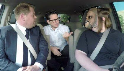 VÍDEO: La madre de la máscara de Chewbacca, en coche con James Corden y J.J. Abrams