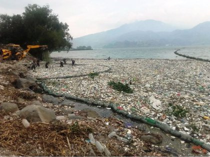 El Lago de Amatitlán en Guatemala se inunda de basura tras las lluvias
