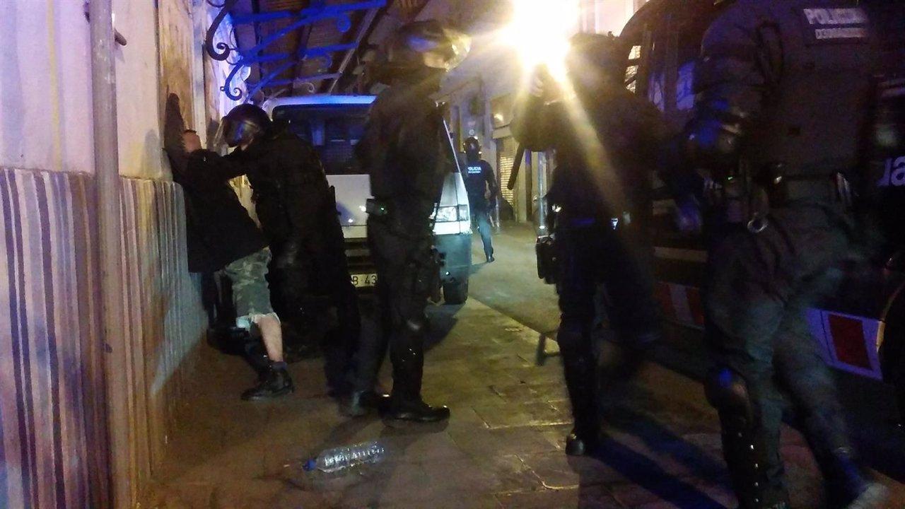 Registros de los Mossos en Gràcia tras el desalojo del Banc Expropiat