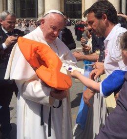 Proactiva Entrega Al Papa El Chaleco De Una Niña Refugiada Que Murió En Lesbos