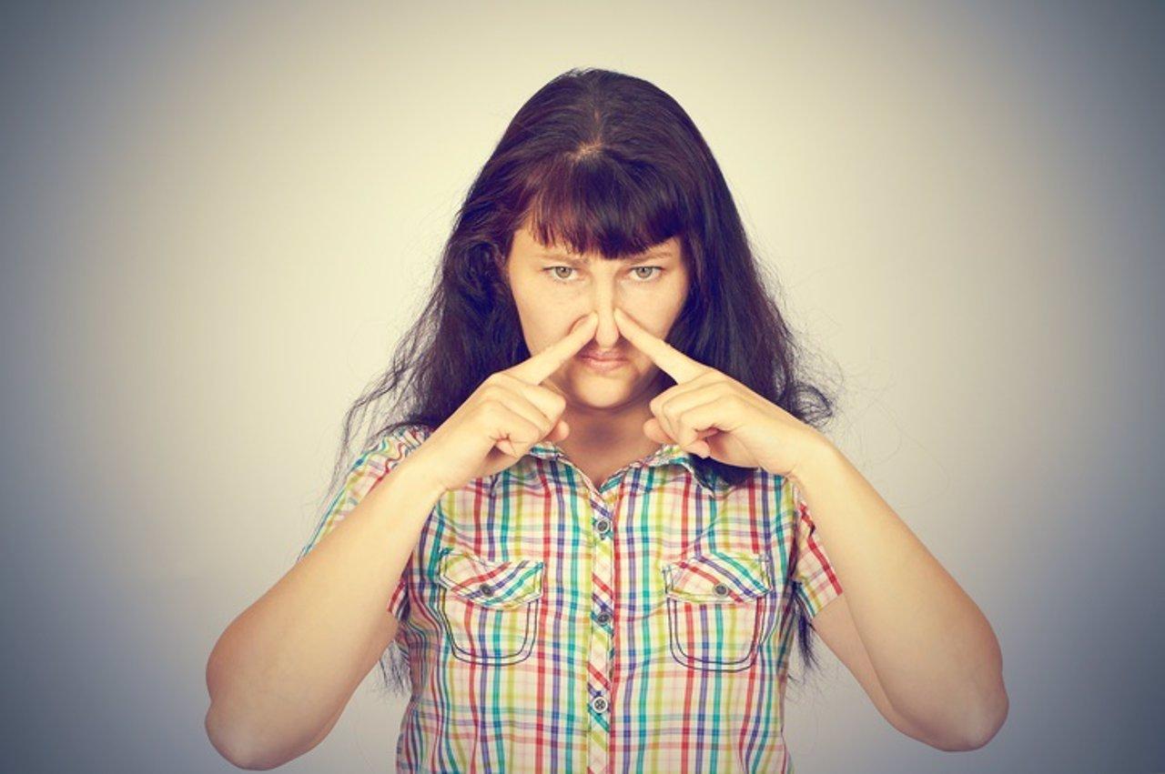 Mujer con problemas de olfato