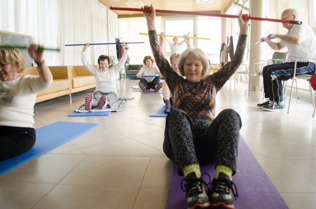 Mujer mayor haciendo gimnsasia, mujeres mayores haciendo gimnasia