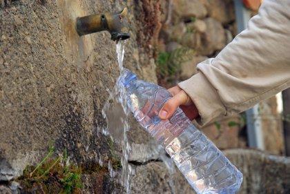 Cuánto y cuándo deben beber agua los mayores