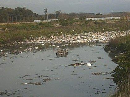 Vecinos de Buenos Aires trabajan para sanear el río Reconquista
