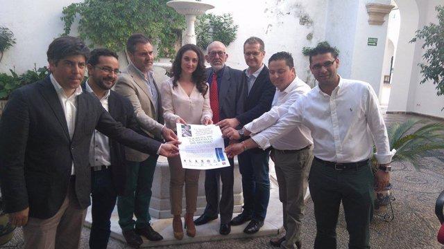Gómez, junto a los alcaldes y presidente de la asociación, en la presentación