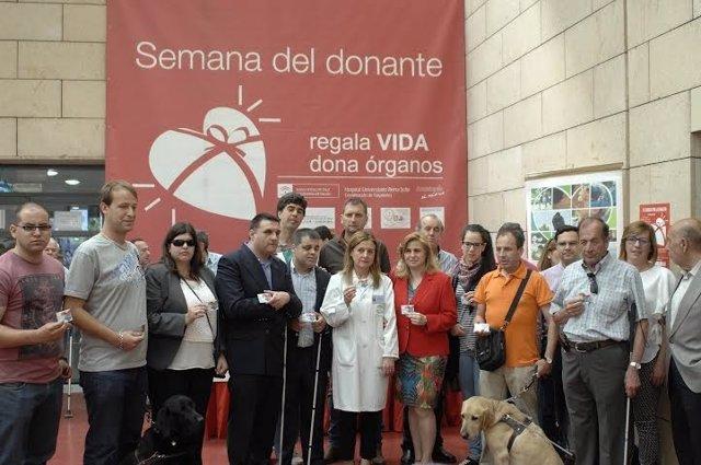 Afiliados de la ONCE reciben su carné de donantes