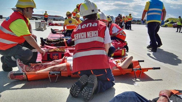 El simulacro de accidente en el aeropuerto de El Prat moviliza a 400 personas