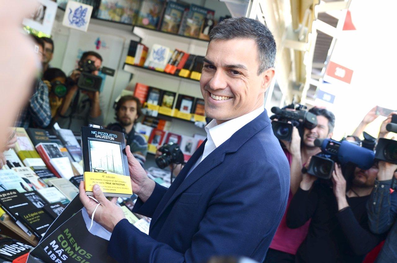 Pedro Sánchez en la Feria del Libro de Madrid