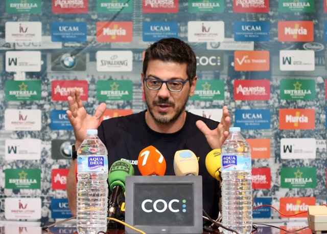 Fotis Katsikaris , compadeciendo en rueda de prensa.