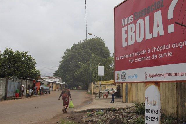 Mensaje sobre el ébola en una calle de Cnakry, Guinea