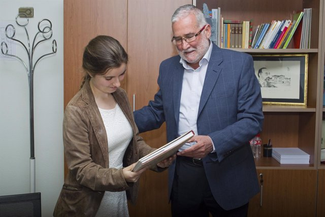 Ramón Ruiz felicita a la alumna cántabra
