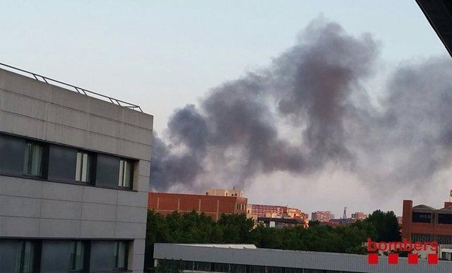 Columna de humo del incendio en una nave de desguace en Sant Adrià de Besòs
