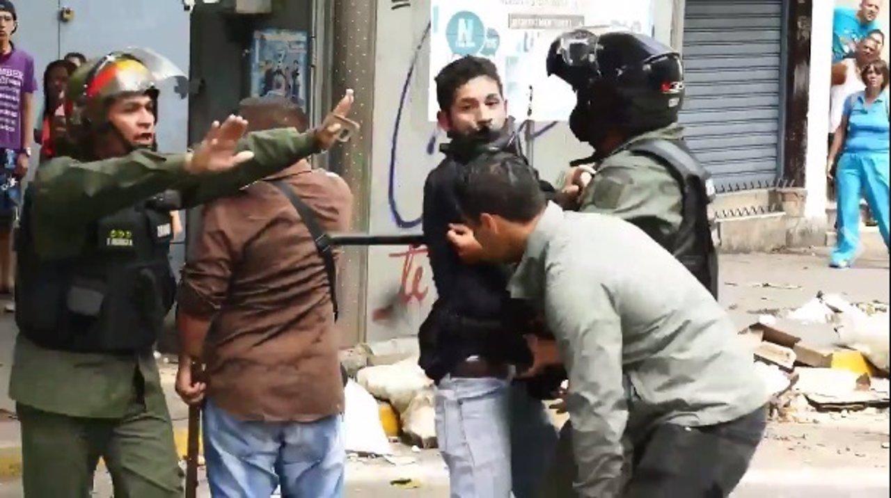 Intentan robar a un periodista mientras cubría una protesta contra Nicolás Maduro
