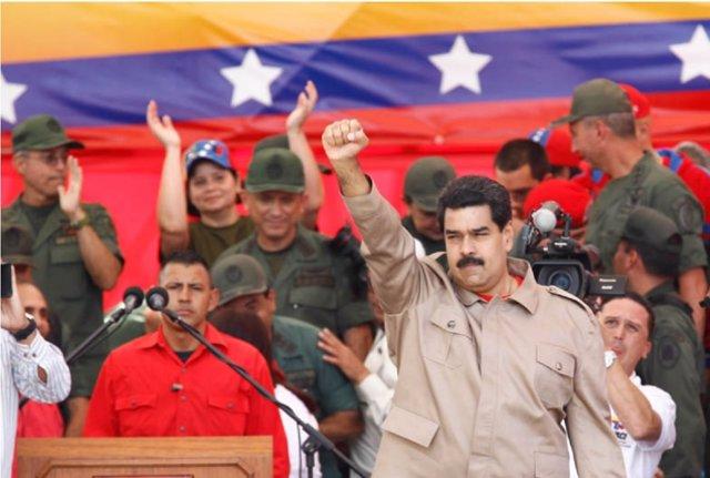 Maduro con miembros de las FANB