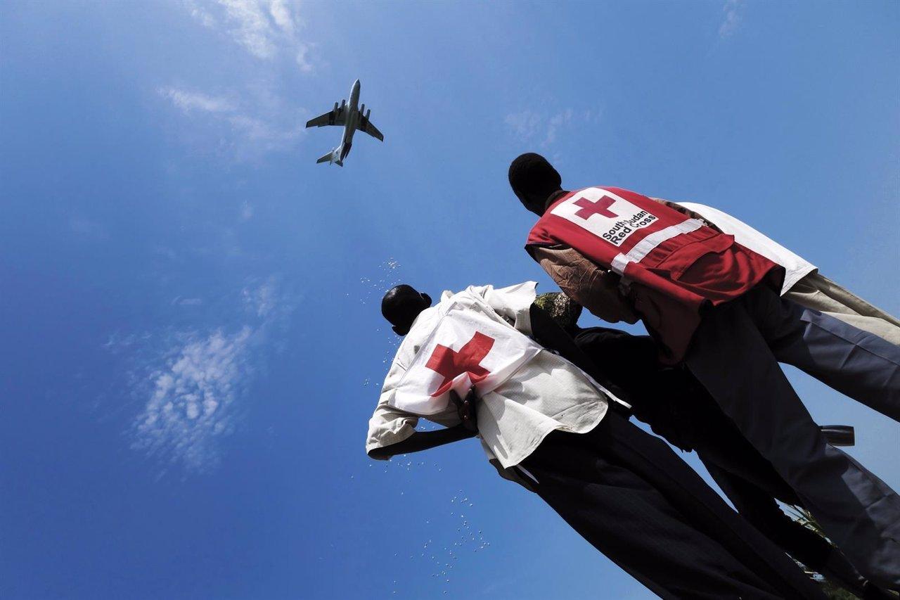 Voluntarios de la Cruz Roja de Sudán del Sur observan la ayuda lanzada