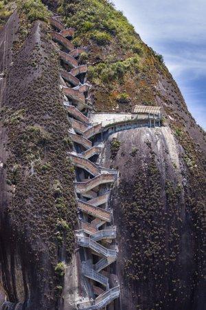 La Piedra Del Peñol Unas Escaleras Al Cielo En Medellín