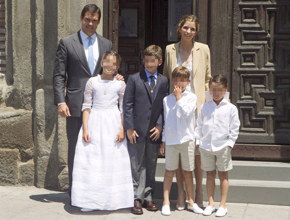 Luis Alfonso de Borbón y Margarita Vargas, de emotiva comunión de su hija