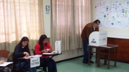 El expresidente Alan García acude a votar en la segunda vuelta electoral de Perú