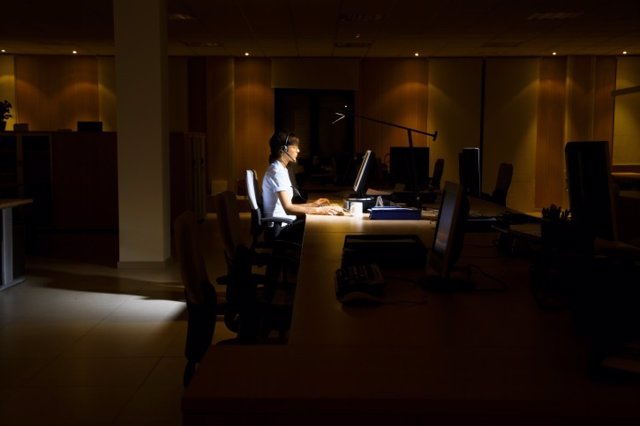 Operadora trabajando de noche.