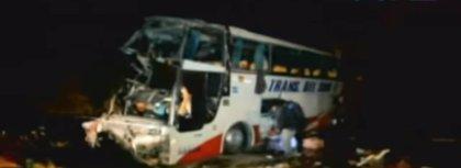 Mueren 17 personas y 18 resultan heridas al volcar un autobús en el sur de Bolivia