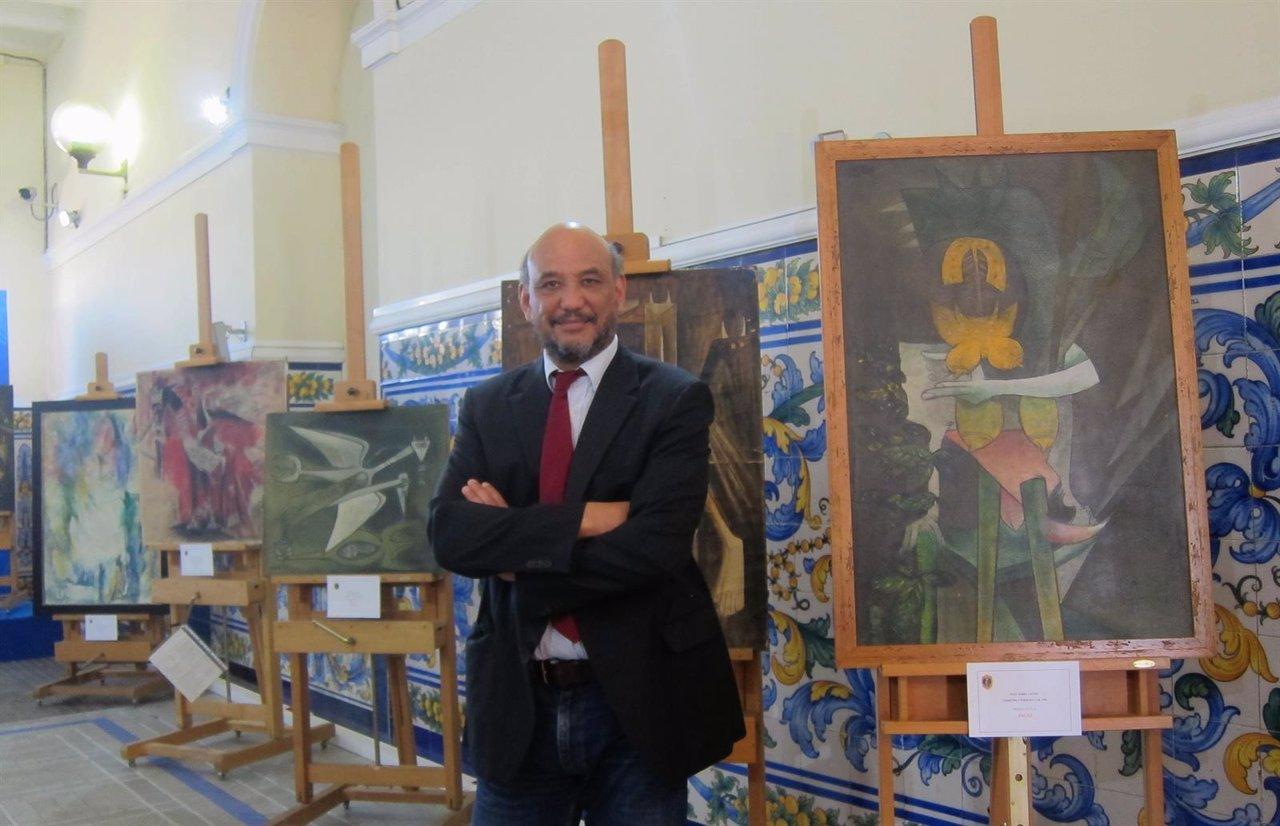 El hijo del pintor Wifredo Lam junto a algunas de las obras falsas intervenidas