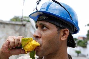 Adulto comiendo mango