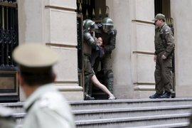 Los estudiantes chilenos arremeten contra el ya exministro del Interior Burgos