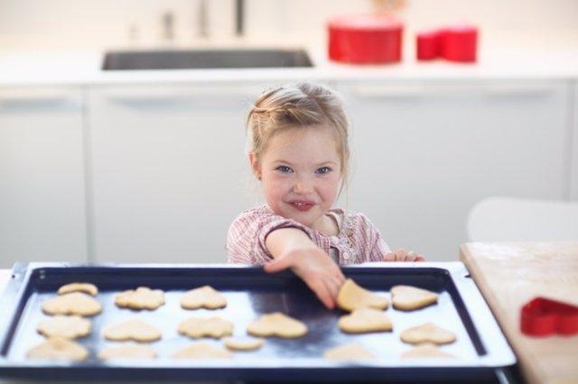 Niña, galletas, cocinando