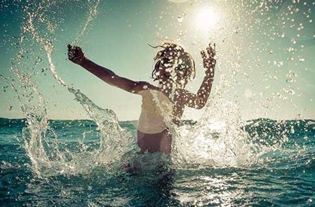 Niño jugando en el agua