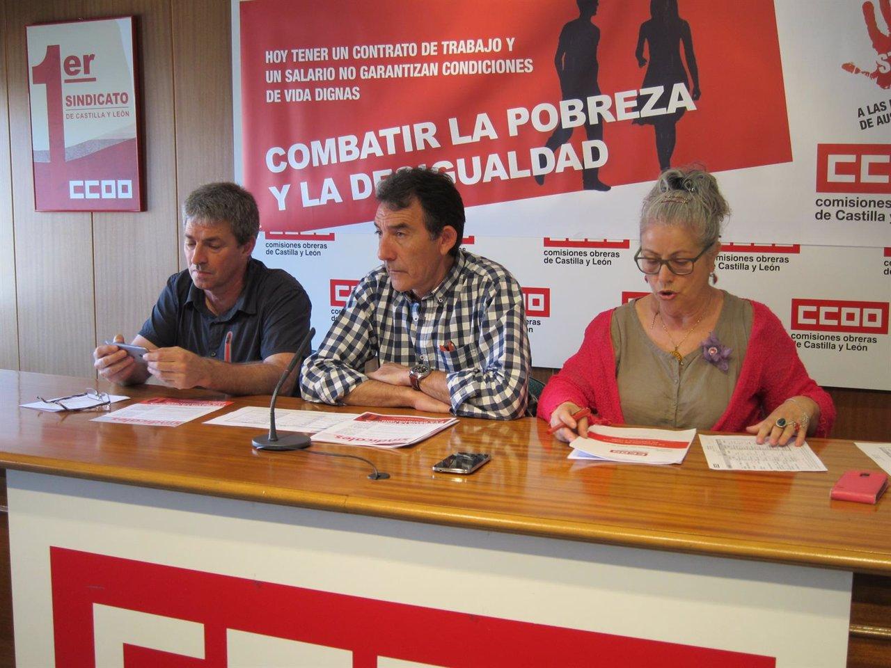 Ángel Hernández (centro) presenta la campaña contra la pobreza