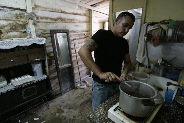 Un cubano cocinando en su casa de La Habana