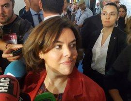 Soraya Sáenz de Santamaría reclama a Carles Puigdemont tomar decisiones sin aplazamientos