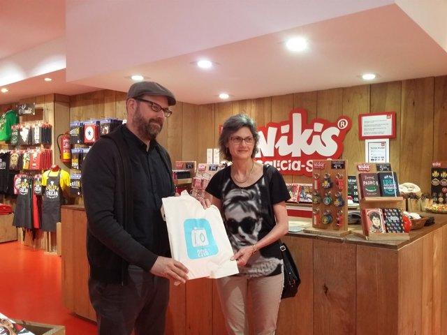 El alcalde de Santiago, Martiño Noriega, entrega el obsequio a 'Nikis'